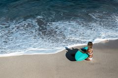 Piękna młoda kobieta w bikini z kipieli deską przy plażą tropikalna wyspa obraz stock