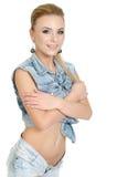 Piękna młoda kobieta w cajgach obrazy stock