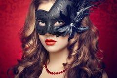 Piękna młoda kobieta w czarnej tajemniczej venetian masce Zdjęcie Stock