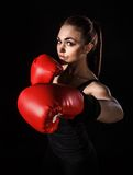 Piękna młoda kobieta w czerwone bokserskie rękawiczki Fotografia Stock