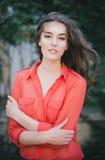 Piękna młoda kobieta w czerwonej spódnicie Obrazy Stock
