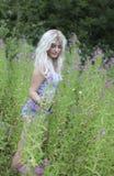 Piękna młoda kobieta w długiej trawie Zdjęcie Royalty Free