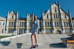 Piękna młoda kobieta w delikatnej błękit sukni obraz stock
