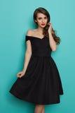 Piękna młoda kobieta W Eleganckiej Czarnej koktajl sukni Obraz Stock
