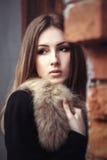 Piękna młoda kobieta w futerko stylu ulicy portrecie obrazy royalty free