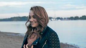 Piękna młoda kobieta w hełmofonów spojrzeniach zbiory wideo