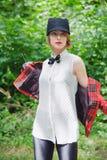 Piękna młoda kobieta w horsewoman kostiumu w lesie Obraz Royalty Free