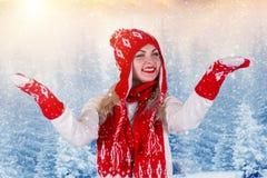 Piękna młoda kobieta w kapeluszu, mitynce i szaliku pięknych trykotowych, chodzi w zimy forestFashionable trykotowym odziewa Weso Fotografia Royalty Free