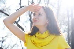 Piękna młoda kobieta w kolor żółty sukni w parku w pogodnej pogodzie obraz royalty free