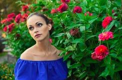 Piękna młoda kobieta w kwiatu ogródzie fotografia stock