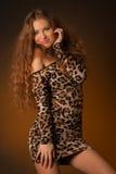 Piękna młoda kobieta w lampart sukni Zdjęcie Royalty Free