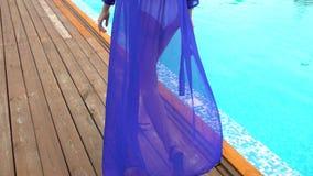 Piękna młoda kobieta w lecie Dziewczyna chodzi blisko tropikalnego basenu Luksusowej podróży kobiety szczęśliwy relaksować Szczęś zbiory