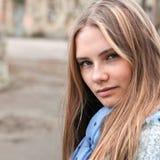 Piękna młoda kobieta w lecie outdoors Fotografia Royalty Free