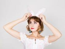 Piękna młoda kobieta w menchia królika i sukni ucho, pozycja, pozuje Zdjęcie Royalty Free