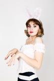Piękna młoda kobieta w menchia królika i sukni ucho, pozycja, pozuje Obrazy Stock