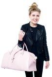 Piękna młoda kobieta w modnym stroju Zdjęcia Stock