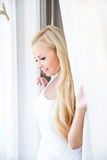 Piękna młoda kobieta w okno obraz royalty free