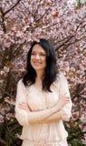 Piękna młoda kobieta w okwitnięcie ogródzie Fotografia Royalty Free