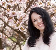 Piękna młoda kobieta w okwitnięcie ogródzie Obraz Royalty Free