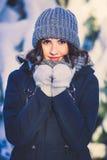 Piękna młoda kobieta w parku na snowing zima dniu Obraz Stock