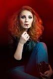 Piękna młoda kobieta w rockowym stylowym obsiadaniu na podłoga Zdjęcia Royalty Free