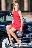 Piękna młoda kobieta w rocznik sukni z retro samochodem obraz stock
