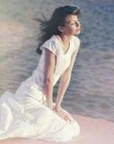 Piękna młoda kobieta w rozanielonej spokojnej zrelaksowanej pozie zdjęcia stock