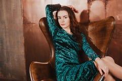 Piękna młoda kobieta w rzemiennym brown krześle Obrazy Royalty Free