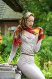 Piękna młoda kobieta w seksownych długich szarość ubiera w lato parku fotografia royalty free