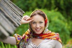Piękna młoda kobieta w seksownych długich szarość ubiera w lato parku obrazy stock