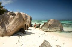 Piękna młoda kobieta w Seychelles tropikalnej plaży Obrazy Stock