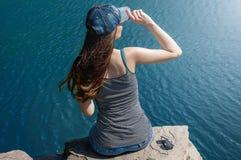 Piękna młoda kobieta w Swimsuit pozyci na jeziorze W ranku Pojęcie turystyka Lata tło Zdjęcie Royalty Free