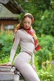 Piękna młoda kobieta w szarości sukni fotografia stock
