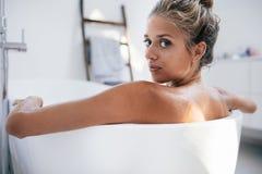 Piękna młoda kobieta w wannie fotografia royalty free