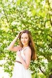 Piękna młoda kobieta w wiosna ogródzie wśród jabłczanego okwitnięcia, miękka ostrość Fotografia Stock