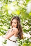 Piękna młoda kobieta w wiosna ogródzie wśród jabłczanego okwitnięcia, miękka ostrość Zdjęcia Royalty Free