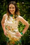 Piękna młoda kobieta w zielonym lesie Zdjęcia Royalty Free
