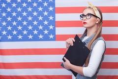 Piękna młoda kobieta wyraża jej patriotyzm zdjęcie stock