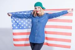 Piękna młoda kobieta wyraża jej patriotyzm obraz royalty free