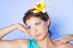 Piękna młoda kobieta z żółtym kwiatem zdjęcie stock