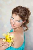 Piękna młoda kobieta z żółtym kwiatem zdjęcia stock