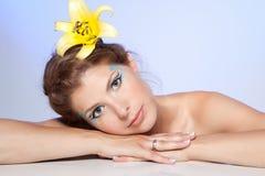 Piękna młoda kobieta z żółtym kwiatem obrazy stock