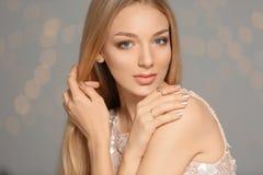 Piękna młoda kobieta z błyszczącym manicure'em Gwo?dzia po?ysku trendy obrazy royalty free
