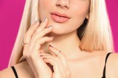 Piękna młoda kobieta z błyszczącym manicure'em, zbliżenie Gwo?dzia po?ysku trendy fotografia stock