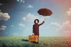 Piękna młoda kobieta z brown walizki i parasola pozycją Fotografia Royalty Free