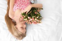 Piękna młoda kobieta z bukietem róże Obrazy Stock