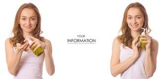 Piękna młoda kobieta z butelką z mydlanym aptekarka setu wzorem zdjęcie royalty free