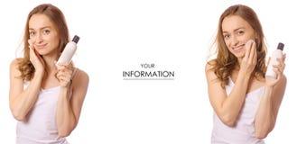 Piękna młoda kobieta z butelką płukanka bawełnianego ochraniacza kosmetyk w ręka ustawiającym wzorze obraz stock