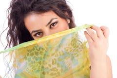 Piękna młoda kobieta z chustą stronniczo zakrywa jej twarz Obraz Royalty Free