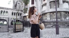 Piękna młoda kobieta z ciemnym włosy, ubierającym w czarnych skrótach i beżowej koszulce, bierze obrazki miasto Lewica zbiory